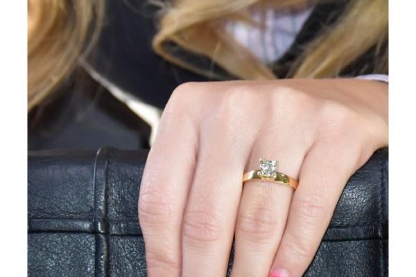 انگشتر طلای سفید با الماس